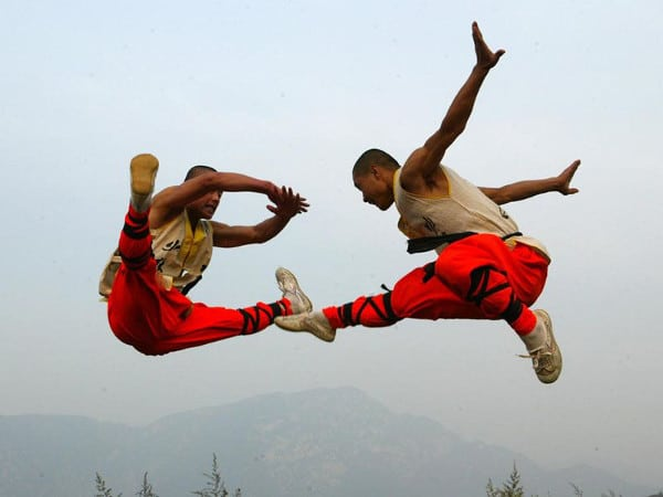 10 awe inspiring images of shaolin kung fu monks in training for Art martiaux chinois