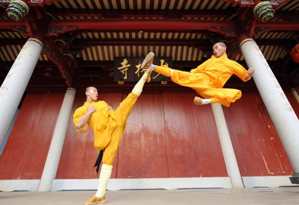 10 awe inspiring images of shaolin kung fu monks in training