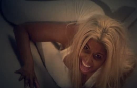 Nikki-minaj-on-ceiling