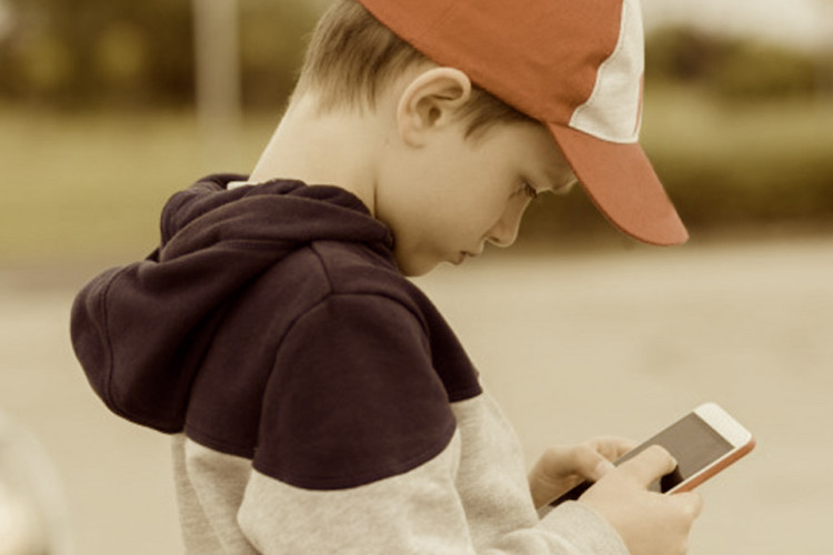 Addiction Expert Claims: Giving Your Child A Smartphone Is Like Giving Them A Gram Of Cocaine